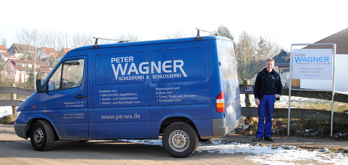 Peter Wagner mit Firmenfahrzeug